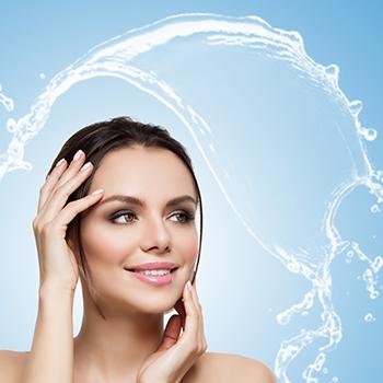 夏のベタベタ肌は●●が原因?「化粧水のリッチ使い」で化粧崩れ対策をしよう!
